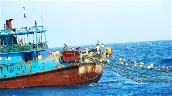 """台媒称,大陆渔船使用滚轮式拖网捕捞。(图片来自台""""澎湖海巡队"""")"""