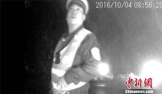 """广宗县交警被曝""""收黑钱""""。 视频截图 摄"""