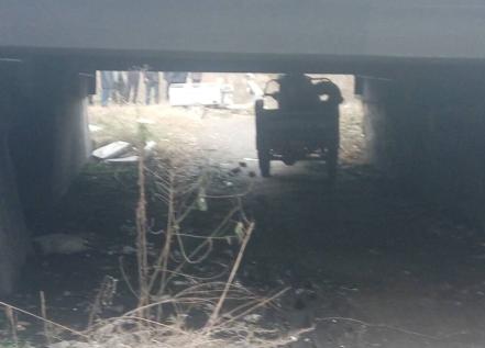 小伙骑三轮车过涵洞被夹死 涵洞仅1米5高(图)