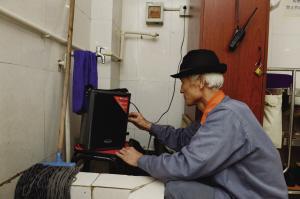 王世金在卫生间角落里打开音响-本组图片由华商晨报记者蔡敏强摄