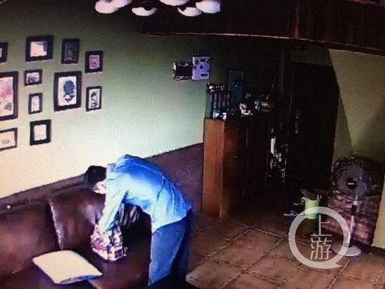 小偷入室行窃画面被拍下