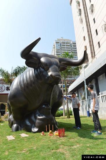某艺术家蔡铭超创造的牛压熊雕塑,看起来好污。