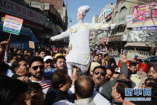 印度多地爆发反废币政策游行 要求总理莫迪道歉