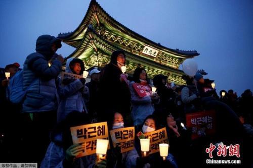 韩国民众要求朴槿惠下台的烛光集会现场。