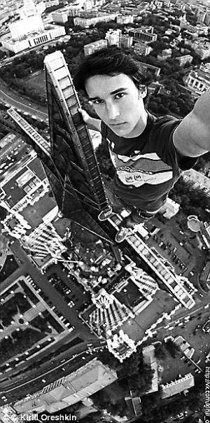 俄罗斯自拍达人吉利尔·奥勒什金,2015年在高楼上自拍时,不小心掉落致死。