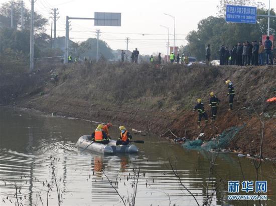 12月2日,营救职员在现场搜救。当日,记者从湖北省鄂州市委宣扬部得悉,鄂州庙岭镇左近发作一同事变。一辆从鄂州开往武汉的车辆突入路边积水湖中,开端理解客车上能够载有20人摆布。今朝,车辆曾经被拖出水,鄂州市委宣扬部引见,已核实身份职员17人殒命。营救事情正在停止。新华社记者 肖艺九 摄 图像来历:新华社