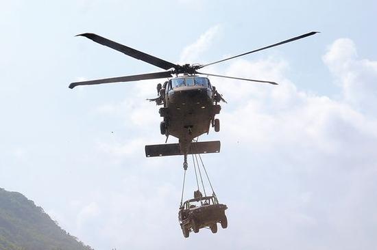 """在今年8月台湾""""汉光军演""""中,一架美制""""黑鹰""""直升机吊起一辆吉普车。"""