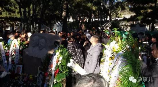 正���元老�f里逝世一年多后,�c夫人合葬八��山