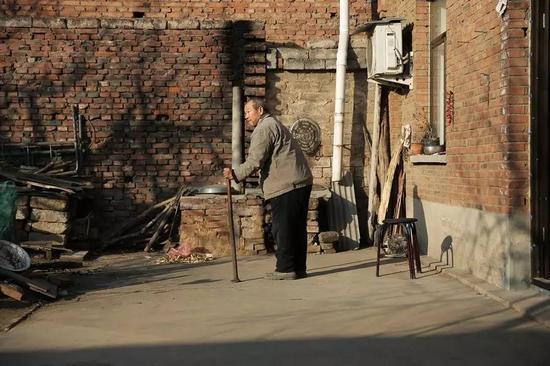 12月2日,河北鹿泉,早晨一大早,聂树斌的父亲聂学生就起床,等着聂树斌案的宣判结果。一有人进门,他就向门口警惕的望去。新京报记者彭子洋 摄