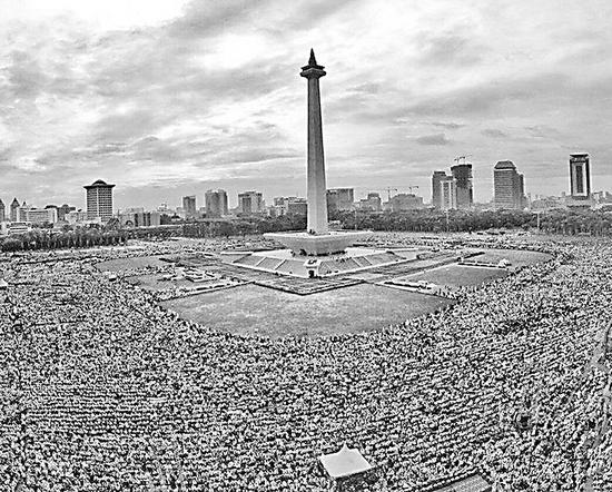 """2日,印尼民族纪念碑广场举行""""和平集会""""。"""