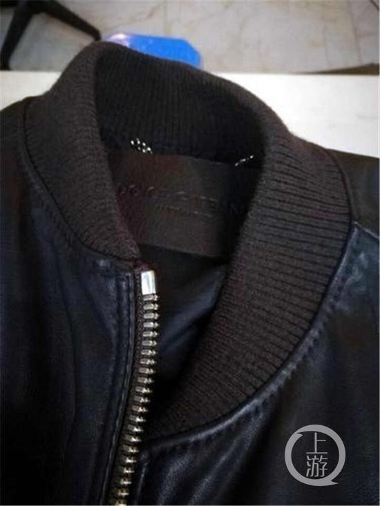 </div> <p>  花6000块钱购买一件意大利进口的知名品牌皮衣,却发现衣服吊牌商标的字母写错了。市民张先生最近就遇到了这样的事情,不仅吊牌上品牌的字母写错,衣服的内标也缝歪了,张先生不由想问:这件衣服到底是真货吗?</p> <p></p> <div> <div class=