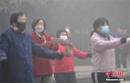 ↑12月4日,河北省气象台在不同时段分别发布了大雾红色预警信号和霾红色预警信号。