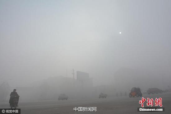 """2016年12月4日10时许,河北省邯郸市肥乡区城区被雾霾""""封锁""""。"""