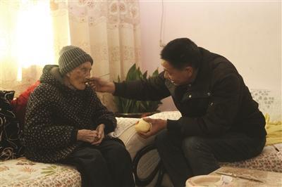 朱荣江时刻将100岁高龄的奶奶夏菊英记挂在心上。