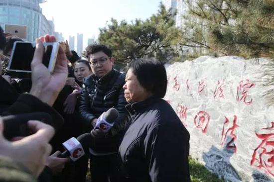 2016年12月2日,最高人民法院第二巡回法庭改判聂树斌无罪。庭审结束后,聂母在法院外接受媒体采访。新京报记者王飞 摄