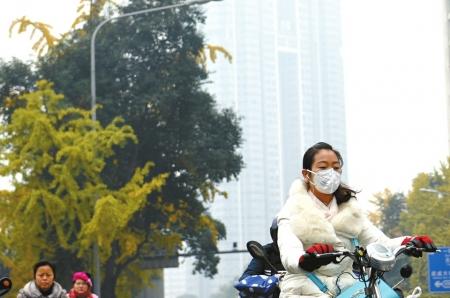 成都持续雾霾天气,市民戴着口罩出行。 刘陈平 摄
