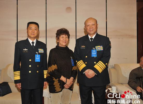 2016年12月8日,海军在北京举行中国收复西南沙群岛70周年纪念活动。2016年12月8日,中国收复西南沙群岛70周年纪念活动在北京举行。活动开始前,中央军委委员、海军司令员吴胜利,海军政委苗华看望了林华卿。李高健 摄