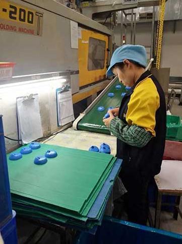 工人正在生产
