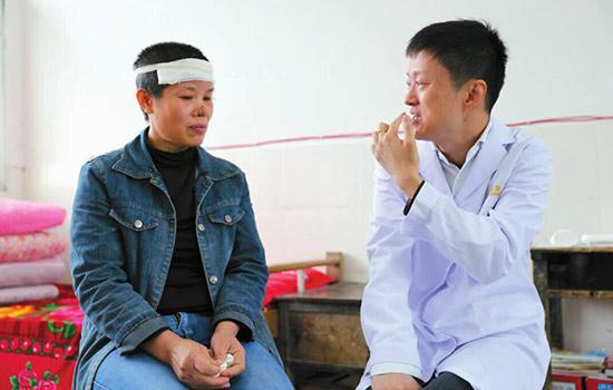 中国整形美容协会医疗救助与修复基金医疗组专家吴承道远赴湖南看望黄老师