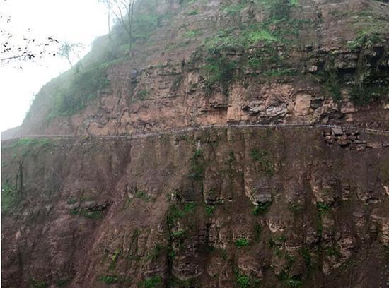 云南昭通发生装载机坠岩事故 致4人遇难2人受伤