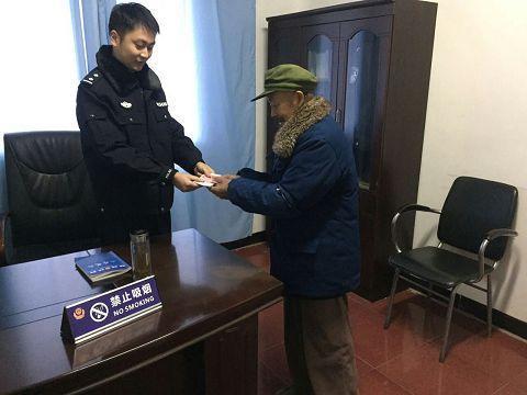 老人领回被盗的钱(荣县警方供图)