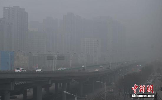 12月5日,石家庄市区笼罩在雾霾中。当日,河北省气象台继续发布霾红色预警信号。中新社记者 翟羽佳 摄