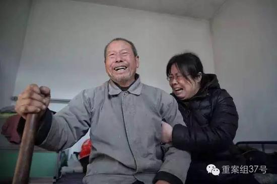 聂树斌父亲得知聂树斌被判无罪消息后失声痛哭。 新京报记者 彭子洋 摄