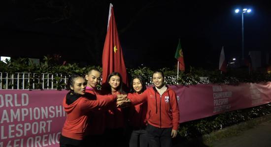2016国际钢管舞运动锦标赛在意大利佛罗伦萨进行,组委会唯独未悬挂中国国旗, 中国钢管舞国家队愤而集体退赛,并且把自己携带的中国国旗插在场馆周围。
