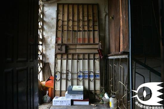 案发现场501室住房房门被邻居用纸壳和铁门挡住。
