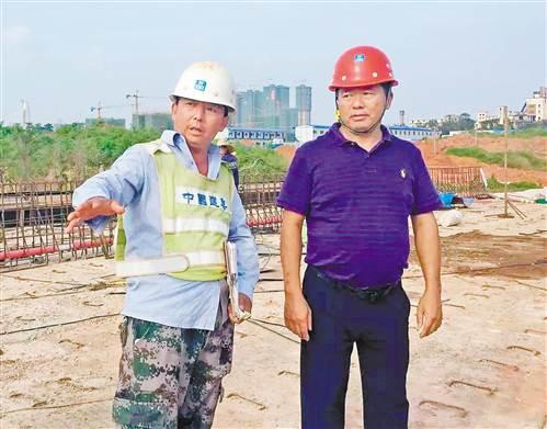 蔡家泽(右)在工地查看。