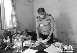 民警在追查成品收买站帐本