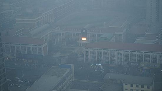 雾霾中的石家庄一中。摄影/孙俊彬
