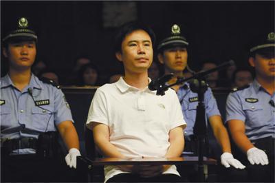 快播CEO王欣在海淀法院听候判决,法院以传播淫秽物品牟利罪一审判处其有期徒刑3年半。 通讯员 李森 摄
