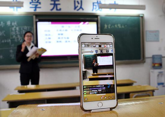 2016年12月19日,西安,老师通过手机直播语文课。当日,学校因雾霾停课。 视觉中国 图