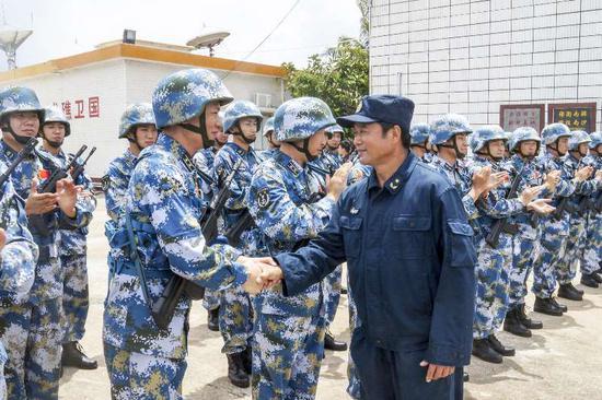 安卫平与南沙守礁官兵亲切握手。