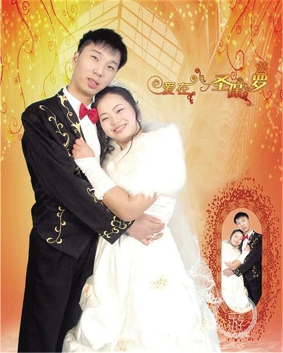 吴作建周敏成婚照。