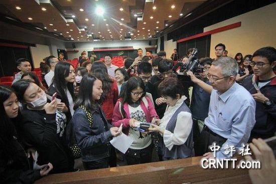 洪秀柱演讲后,被修平师生包围索取签名。(照片:修平科大提供)图片来源:中评社