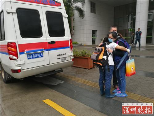 罗一笑的遗体被送上救护车