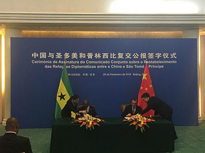 中国外长王毅与圣多美和普林西比外长博特略签署了《中华人民共和国和圣多美和普林西比民主共和国关于恢复外交关系的联合公报》。