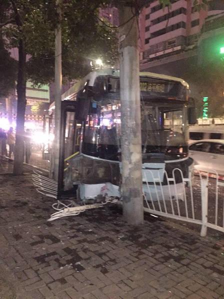 公交车撞到电线杆