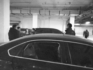 中午时分小区地下车库内聚着十几位业主。