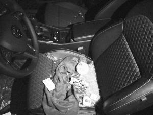 业主车玻璃被砸,车内物品杂乱。