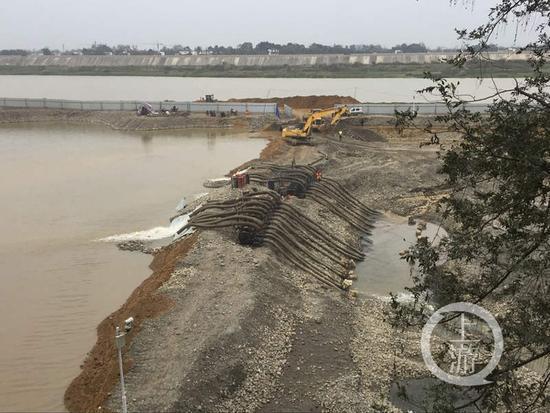 围堰内抽水泵仍然在工作,但围堰中央的河床已经全部裸露出来。