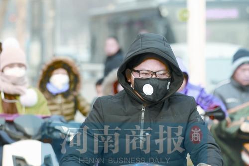 重污染天气过程来袭,市民戴口罩出行