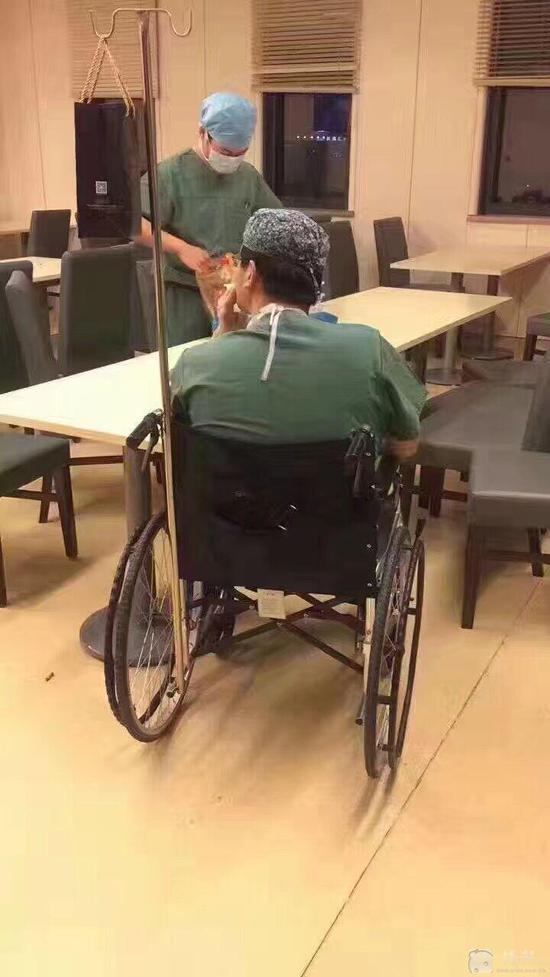 医生坐轮椅等待下一台手术