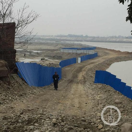 围堰周围竖起蓝色的钢板以防有人进入围堰,围堰外围不时也有执勤人员在巡逻。