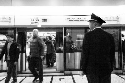 上午,16号线北段正式开明,西苑站迎来榜首批搭客 摄/记者 黑克