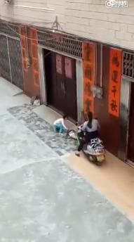 女童疑遭亲属故意骑摩托车碾压双腿 警方介入|女童|摩托车|双腿网