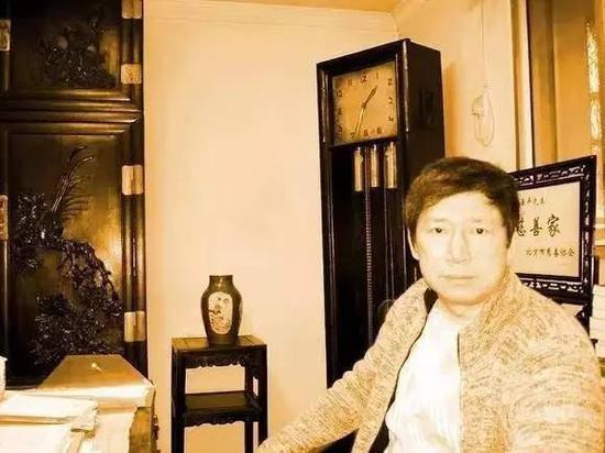 ▲李春平酷爱收藏古董