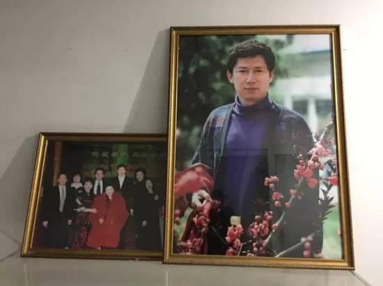 ▲李春平年轻时英俊潇洒 新京报记者罗婷摄
